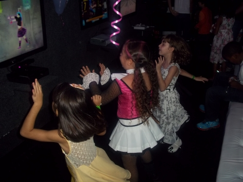 Meninas jogando just dance
