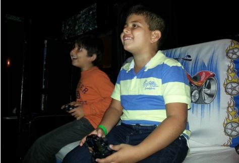meninos jogando em uma festa animada