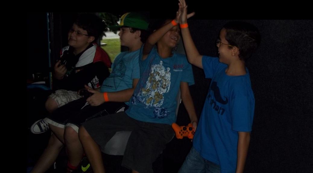 Amigos jogando videogame - ônibus com videogames