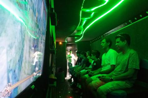 Pais jogando videogame no ônibus games
