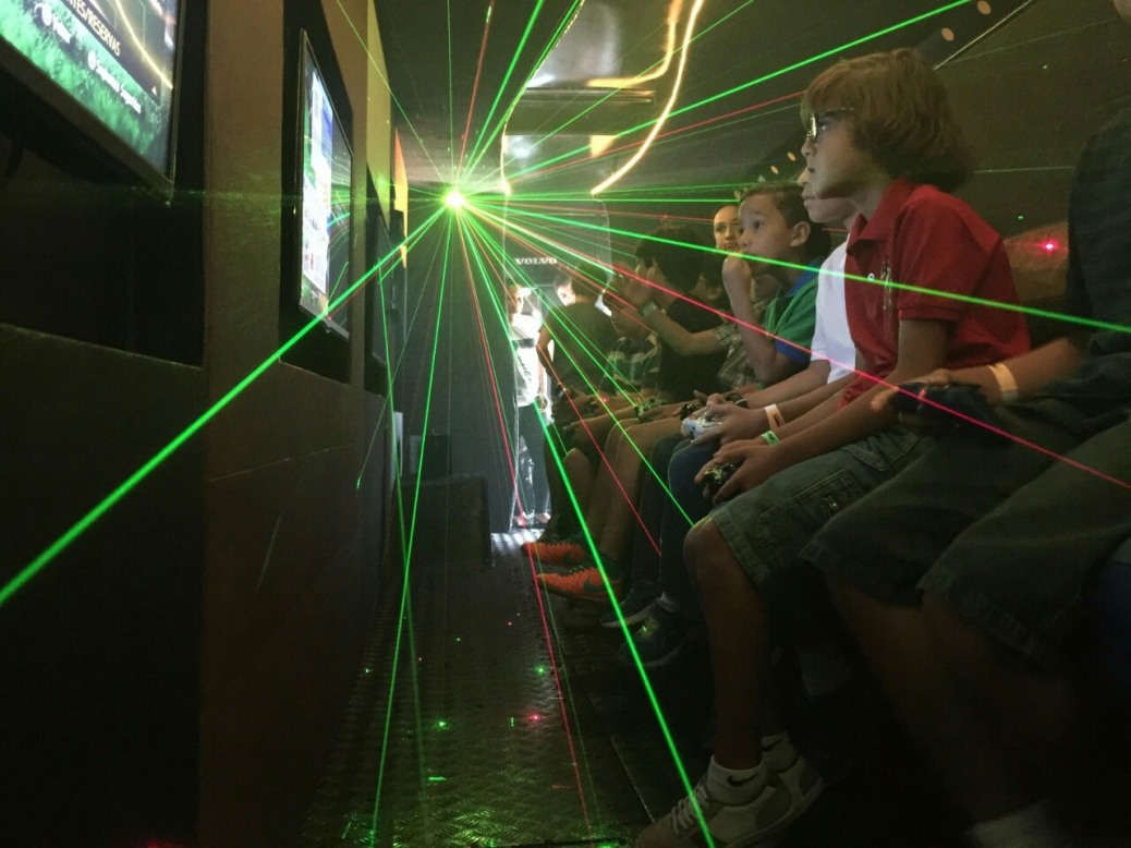 Festa infantil no ônibus com videogames