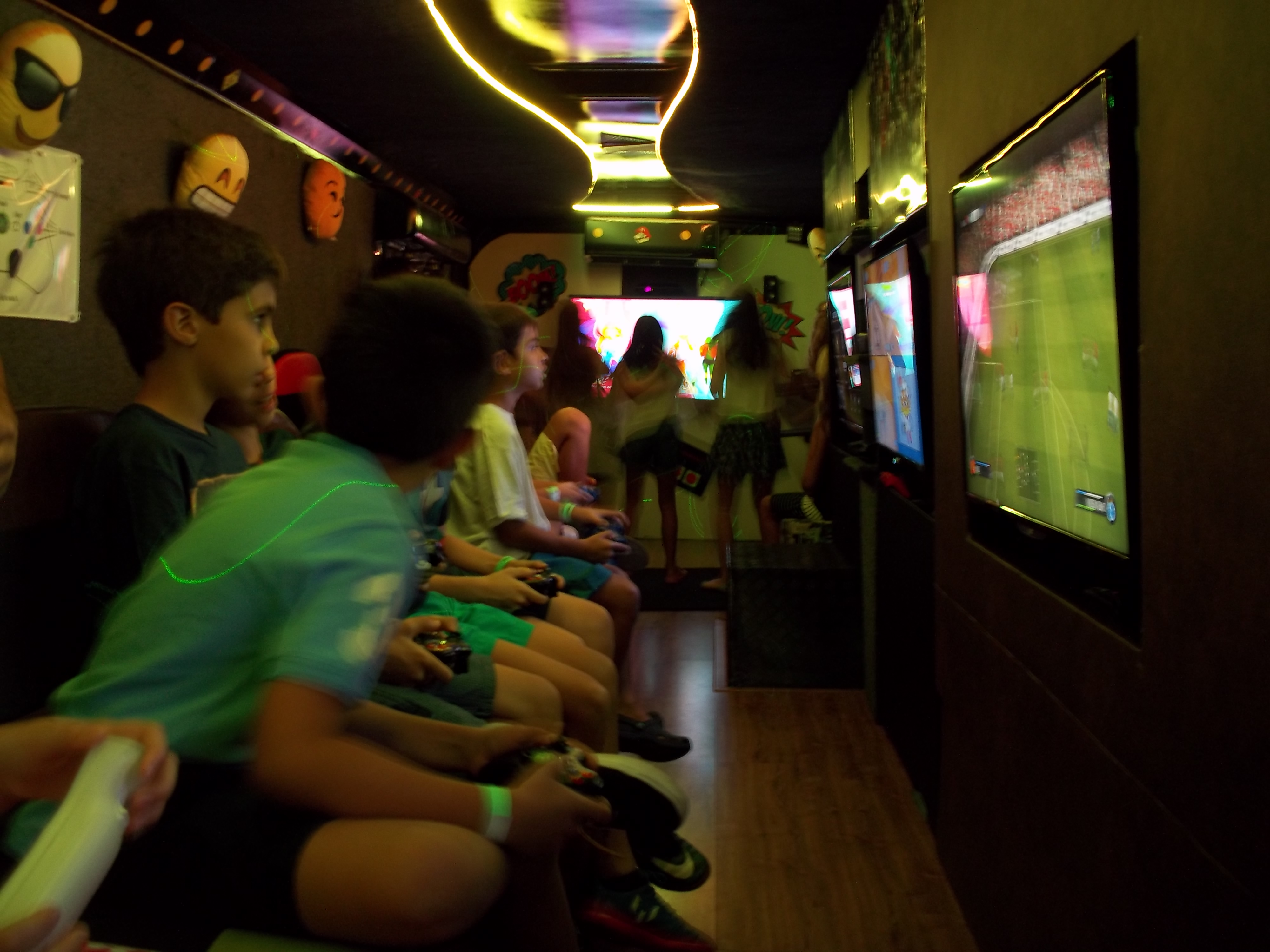 Meninos e meninas jogando videogame